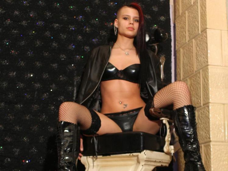 DinaDisire ist eines der geilen Cam Sex Luder